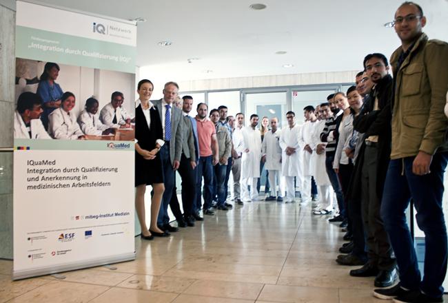 Teilnehmerinnen und Teilnehmer bei einem Informationsseminar Wege zur Anerkennung