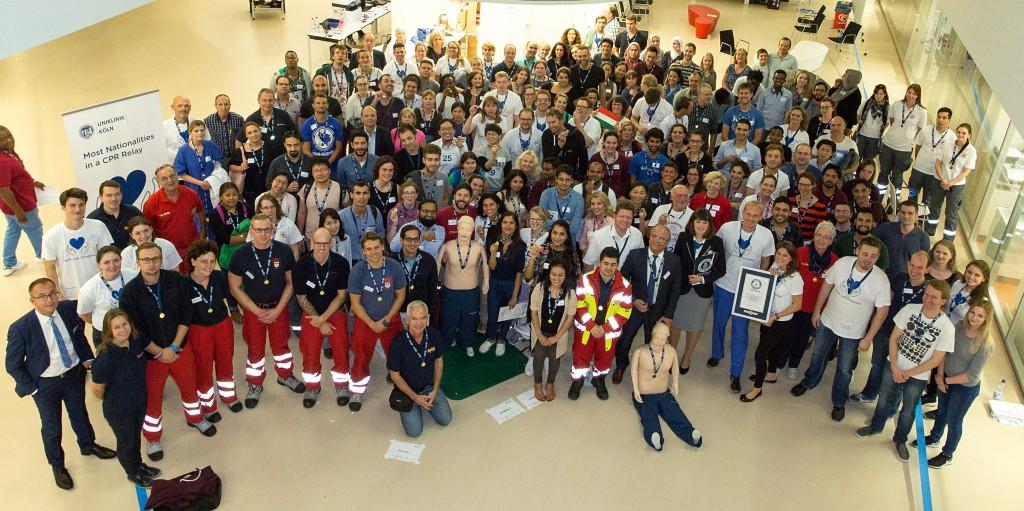 Die Teilnehmerinnen und Teilnehmer des Weltrekords Reanimationsmarathon in der Uniklinik Köln