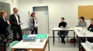 Matthias Grünewald, Leiter des Ausbildungszentrums Pflege des Universitätsklinikums Düsseldorf, eröffnet das Praxisseminar Pflege